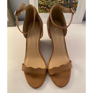NWOT Chinese Laundry Scallop Wedges